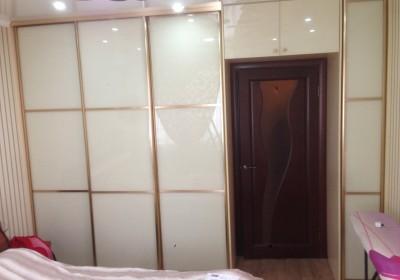 Шкаф-купе в спальне вокруг двери