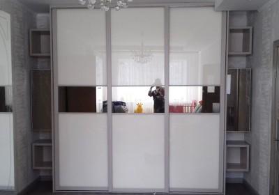 Шкаф-купе с дверями из крашеного стекла